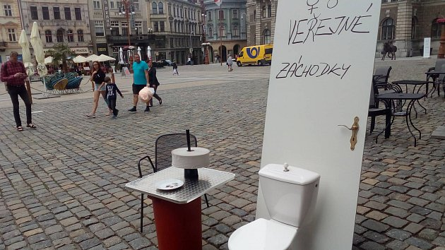 Provozní kavárny Porta Oto Novák ve středu 18. července upozornil na problém s absencí veřejných toalet na náměstí Dr. E. Beneše. Vadí mu, že bezohlední lidé využívají toalety v jeho podniku, aniž by u něj cokoli konzumovali.