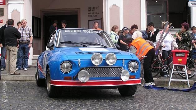 RALLY LUŽICKÉ HORY. Vítězný vůz z hrádecké soutěže z roku 1982 představil Stanislav Šelmát (Škoda 130 RS).