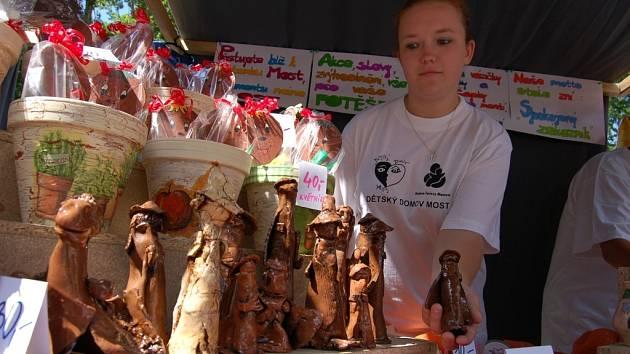 JARMARK. Michal Vaňous a Jitka Štípková z Dětského domova v Lipové u Šluknova prodávali svíčky.