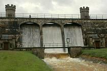 Trojice bezpečnostních přelivů pouštěla na Fojtce během záplav vodu. Povodí Labe se ale hájí, že je to naprosto normální.