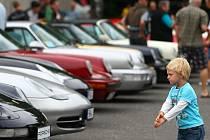 PORSCHE MNOHA PODOB A BAREV. Automobily Porsche přilákaly na výstaviště stovky lidí, kteří obdivovali jejich rozmanitost a nádheru. Pro mnohé z nich je tahle značka srdeční záležitostí.