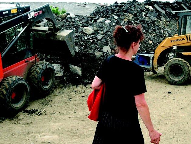 BOJUJÍ ZA KLID A VZDUCH. Místních obyvatelka Libuše Ottová si prohlíží, co jí kousek od domu firmy vlastně dělají.