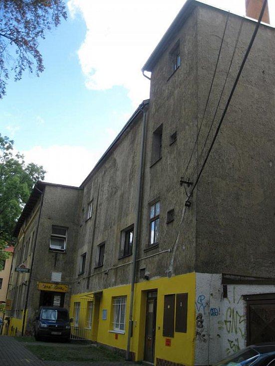VLASTA BURIAN  se narodil v domě za kavárnou Nisa, v tehdejší Lucemburské ulici. Později se s rodiči přestěhoval do průchodu v dnešní Moskevské (na snímku).