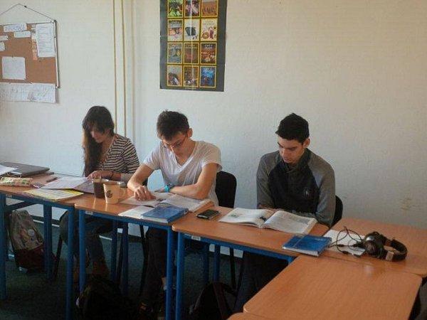 Cizinci se učí češtinu.