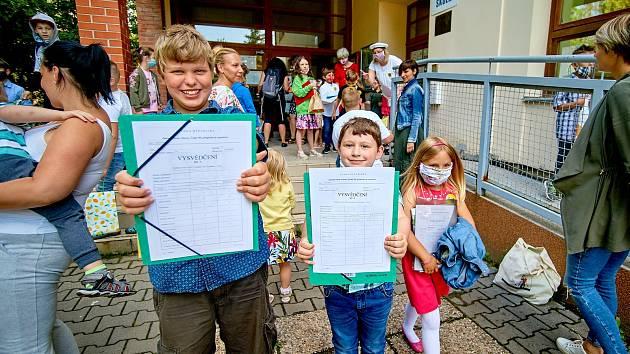 Děti ve Vesci u Liberce s převzaly svá vysvědčení.
