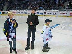 Výherci soutěže, kterou přichystal Liberecký deník, skládali logo Libereckého deníku přímo na ledové ploše.