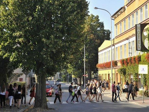 Studenti Hotelové školy se 1. září v lavicích moc neohřáli. Po přivítání ve škole museli opustit třídy a jít v průvodu přes celé město do školy v Alešově ulici, kde se mají nově učit.
