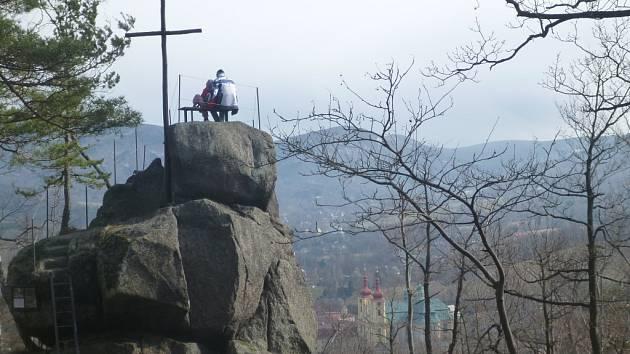 VYHLÍDKA NA CHATKÁCH nabízí pohled na Hejnice a okolní vrchy Jizerských hor z dosud nepříliš okoukaného pohledu.