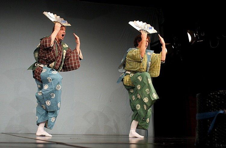 Malé divadlo kjógenu je ojedinělým divadelním seskupením působícím za hranicemi Japonska, které se systematicky věnuje pěstování tohoto tradičního uměleckého žánru.