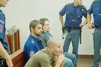 KRAJSKÝ SOUD v pátek projednával případ držení smrtícího ricinu v domě Daniela Drábka (v pozadí). Drábek měl společně s Davidem Klenovským (v popředí)  obchodovat i s marihuanou.
