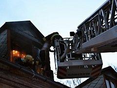 Při požáru v bytovém domě hasiči zachránili ženu a psa.