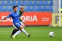 REMÍZA. V podzimním vzájemném duelu v Liberci se zrodila remíza 2:2. Na snímku liberecký Alexandru Baluta (v modrém) odehrává míč před dotírajícím jabloneckým hráčem Tomášem Hübschmanem.
