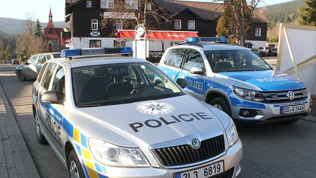 Čtyřdenní mistrovství světa v letech na lyžích se v Harrachově na Semilsku neobejde bez účasti stovek policistů. Na snímku společná hlídka české a německé policie v den zahájení mistrovství.