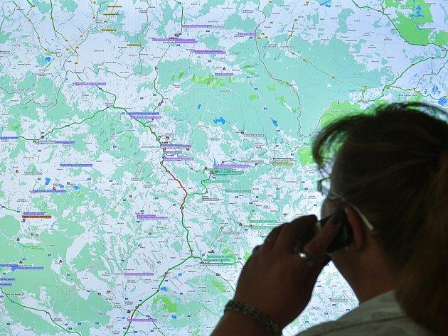 Liberecký krajský dispečink. Mapa na obrazovce dispečerům ukazuje také aktuální uzavírky.