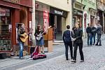 Dny pouličního umění začaly ve čtvrtek 25. května na několika místech v centru Liberce, akce pokračuje do soboty. Na snímku vystoupení kapely Jenmi (folk-alternativ) z Prahy.