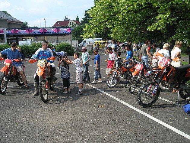 Členové chrastavského motoklubu svezli děti.