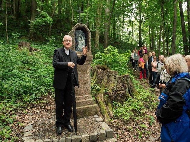 Obnovenou křížovou cestu slavnostně otevřel litoměřický biskup.