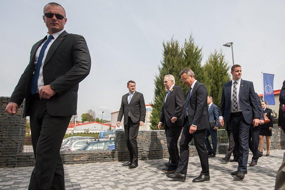 Prezident České republiky Miloš Zeman navštívil 9. května společnost Trevos v Turnově. Na snímku příjezd prezidenta, druhý zleva hejtman Martin Půta, třetí zleva prezident Miloš Zeman a čtvrtý zleva výrobní ředitel firmy Jiří Opočenský.