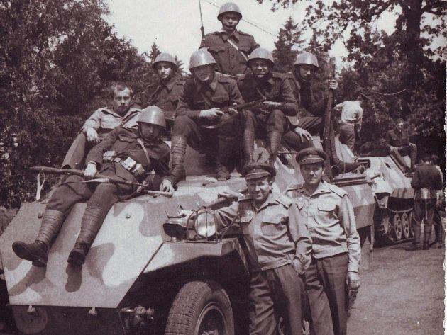 TANKY. Obrněná vozidla, tanky, zbraně a vojáci v černých uniformách,  nad jejichž hlavami zavlál hákový kříž. To je snímek Dny zrady.