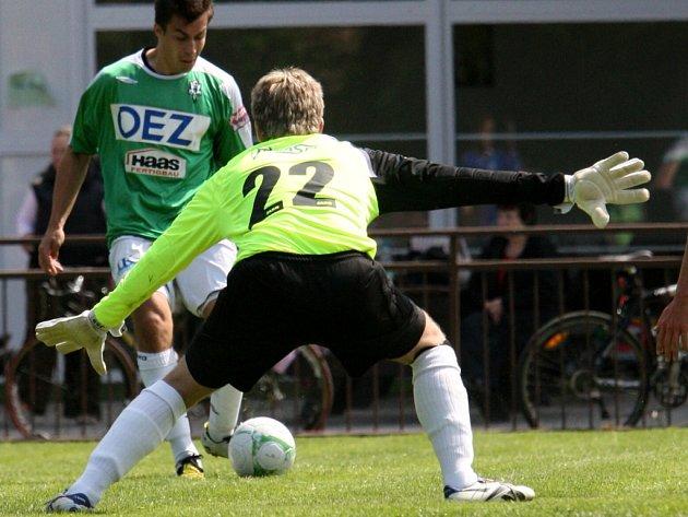 Celkem pětkrát překonali jablonečtí hráči v sobotu v Českém Dubu náchodského gólmana Kobose (číslo 22).