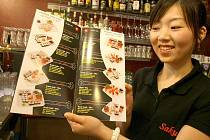 NABÍDKA SUSHI JE BOHATÁ. Manželka majitele nového Sushi baru v obchodním centru Plaza Anička Wu ukazuje, jakou nabídku sushi mají nachystanou pro liberecké hosty.