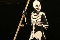 SMRTKA, AČKOLIV JE SMRTKOU, ZPÍVÁ V INSCENACI ŽIVĚ. V nové inscenaci libereckého divadla zazní i živě hrané a zpívané kramářské písně, ovšem v podání Smrtky.