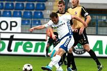 Liberecký Slovan v ligovém utkání přehrál Ostravu, stejně jako přeskočil Vulin (v bílém) Nevese. Dnes chtějí liberečtí fotbalisté pokračovat ve vítězném tažení i v poháru v Kolíně.