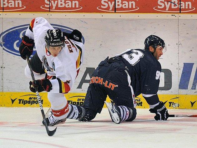 KRKOLOMNÁ POZICE v utkání Liberec – Luleå. Vpravo Petr Nedvěd, vlevo Lukas Kilström.