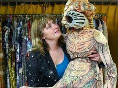 TAŤÁNA HRUSTINCZOVÁ pracuje šestadvacet let s kostýmy v Šaldově divadle.