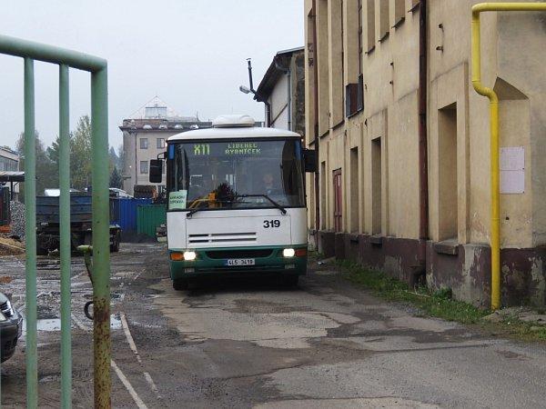 Autobusy na lince č. 11budou útrobami bývalého Bytexu projíždět až do 7.listopadu.
