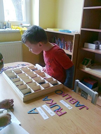 VLASTNÍ PROSTOR představují vMontessori školce koberečky, kam si děti nosí svoje pomůcky hračky.