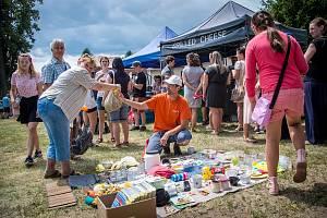 Petr Noščák vytvořil a zrealizoval myšlenku dařiště. Lidé si berou, co potřebují a darují především kuchyňské potřeby.