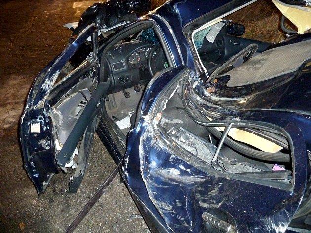 Vážná nehoda v Dolní Suché u Hrádku nad Nisou. Zaklíněného řidiče museli z vraku Škody Octavie hasiči vystříhat.