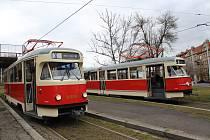 Slavnostní křest bývalých libereckých tramvají typu T2 v Praze. Na snímku oba vozy v zastávce Dlabačov.