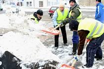 Sníh z ulic Liberce uklízí ve službách TSML parta kluků a holek z Moldávie.