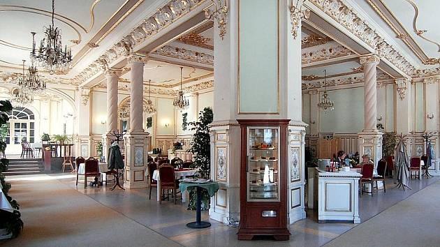 Historická kavárna Pošta je památkově chráněná, cenná je zvláště její bohatá výzdoba interiéru. Snímek ukazuje, jak vypadala ještě nedávno.