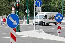 ŘIDIČI SI MUSEJÍ ZVYKAT NA ZMĚNY. V nově rekonstruované Jablonecké ulici čeká řidiče několik novinek, mezi něž patří především nové semafory a nový jízdní pruh pro autobusy MHD.
