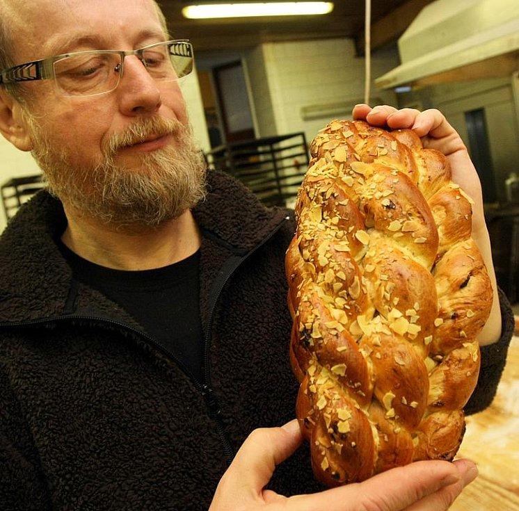 MÁSLOVÉ VÁNOČKY JSOU Z MÁSLA, říká majitel Maškova pekařství Vladimír Hejral. Teď před Vánocemi tu mají kromě běžného sortimentu nejvíce práce s cukrovím. Ani to není šizené. Mohu stvrdit vlastní ochutnávkou.