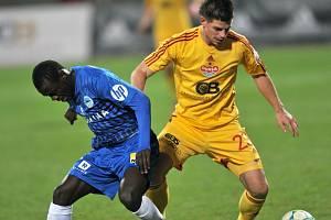 Liberecký Delarge bojuje o míč s hráčem Dukly