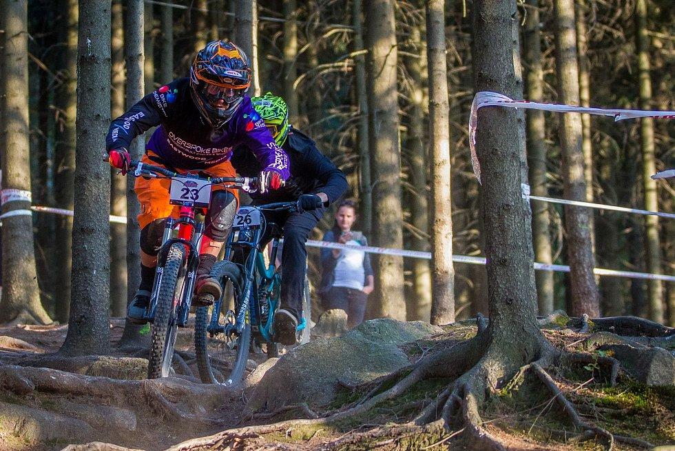Finále závodu světové série horských kol ve fourcrossu JBC 4X Revelations proběhlo 14. července v bike parku Dobrý Voda v Jablonci nad Nisou. Na snímku zleva Ben Jones a Jan Kobr.
