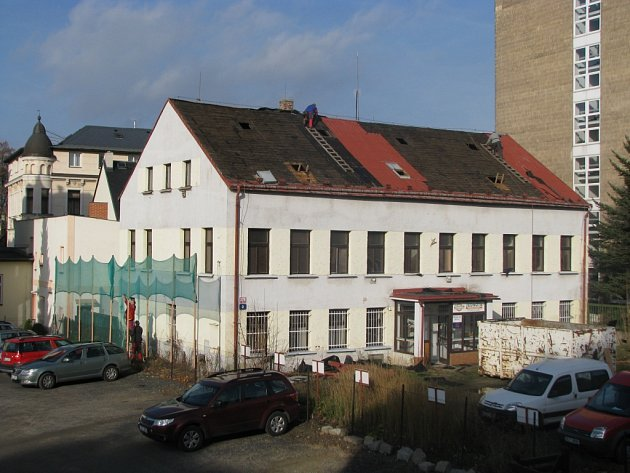 V ulici Bažantí stál opuštěný dům s nápisem Jednota. Teď už je srovnaný se zemí.