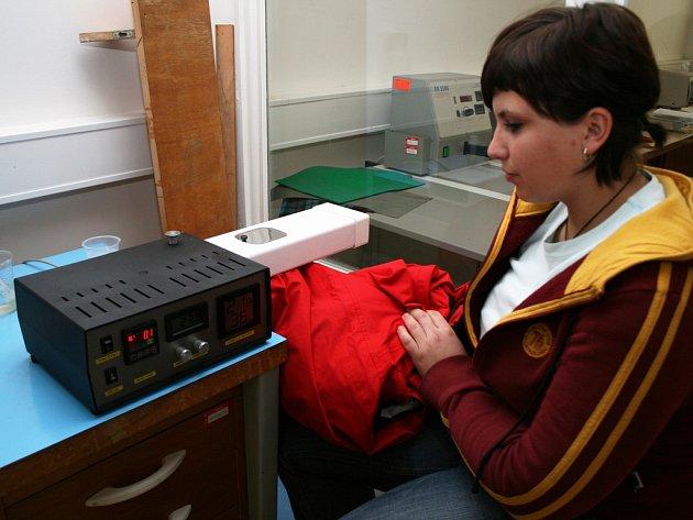 Studentka Kateřina Rýznerová nabídla v rámci své bakalářské práce měření paropropustnosti sportovních oděvů.