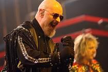 Hlasem trhajícím skály disponuje zpěvák kapely Rob Halford, a diváci, oblečení většinou v černém, buráceli nadšením.