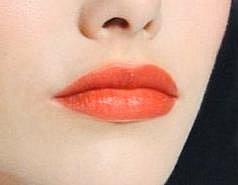 NEBOJTE SE ORANŽOVÉ. Hitem, který stojí za to vyzkoušet, jsou oranžové rty. Možná budete překvapeni, tím, že Vám korálová rtěnka sluší.