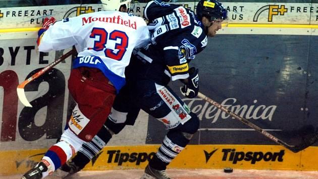 BEZ PARDONU. Budějovický obránce Lukáš Bolf se chystá srazit unikajícího Pavla Kašpaříka z Liberce.