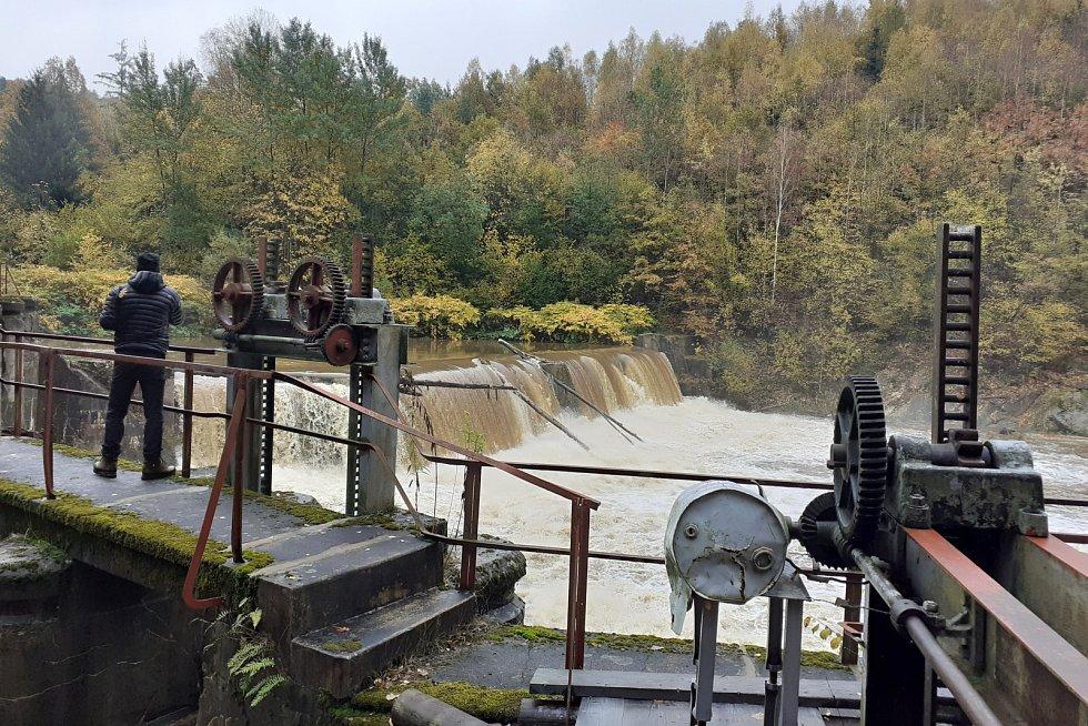 Rozvodněná Smědá se hnala také přes starou přehradu ve Vísce, kde se řeka valila přes hráz