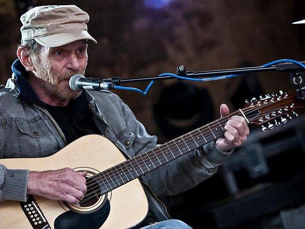 CO ŠLECHTÍ SPRÁVNÉHO CHLAPA? Nevyhlazuje si vrásky a umí hrát na kytaru. Na jednom z dílů festivalu České hrady se s ním setkáte i v osobě populárního písničkáře a herce Jiřího Schmitzera.