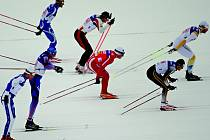 HROMADNÝ START. Takto vyjeli na trať závodu Světového poháru běžci v sobotu v Davosu. Již zanedlouho se podobný obrázek může naskytnout i libereckým divákům.