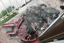 Nedopalek cigarety zapálil plastový květináč, plastový nábytek a poškodil částečně i balkon.