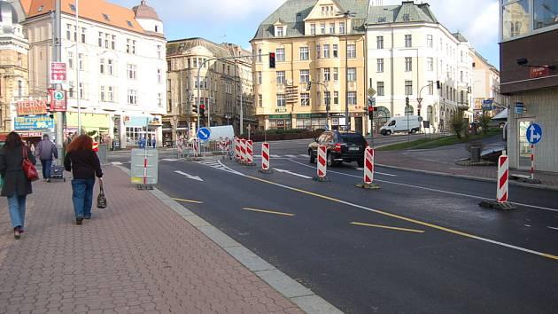 Na Šaldově náměstí ve směru od Zámeckého náměstí přibyl nový jízdní pruh.